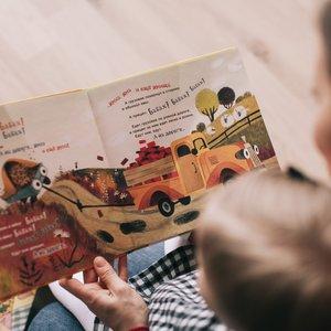 Lapselle lukeminen tuottaa paljon hyvää